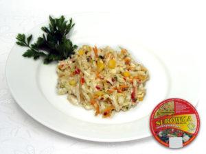 Kapusta biała, marchew, por, kukurydza konserwowa, natka pietruszki, dodatki iprzyprawy pikantna – kolorowe zestawienie barwnych warzyw opikantnym smaku zwyraźnym akcentem czarnej rzepy.