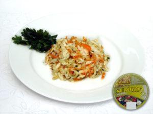 Weißkohl, Möhren, Porree, Zusatzstoffe und Gewürze  süß-sauer – dreifarbige Gemüsekomposition, mit deutlichem süß-saurem Geschmack  und einem Hauch von Schärfe