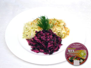 Jüdischer Salat,  Frühlingssalat, Dillsalat Weißkohl, Möhren, Sellerie, Porree, Zwiebel, saure Gurke, Apfel, Dill, Zusatzstoffe und Gewürze